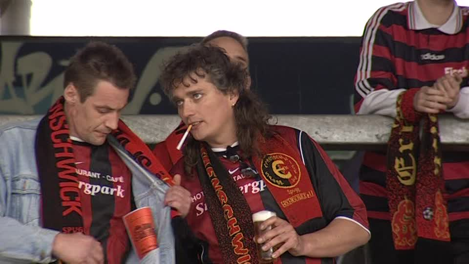 Deux fans pendant la pause cigarette