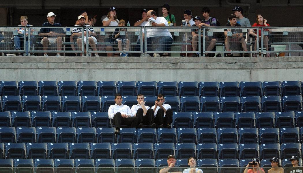 Des fans qui attendent dans le stade