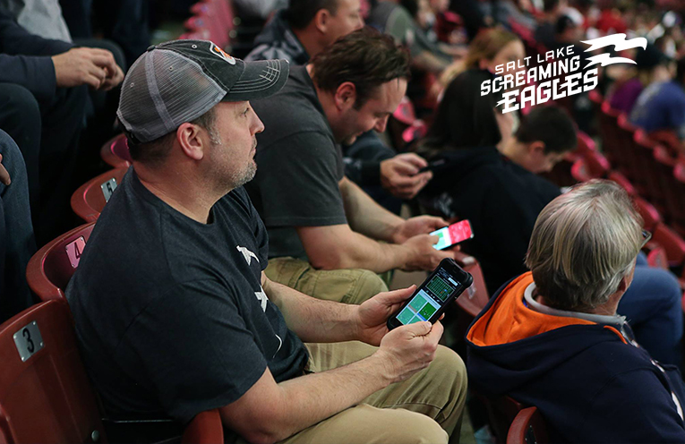 Les fans des Screaming Eagles utilisent l'appli mobile pendant le match