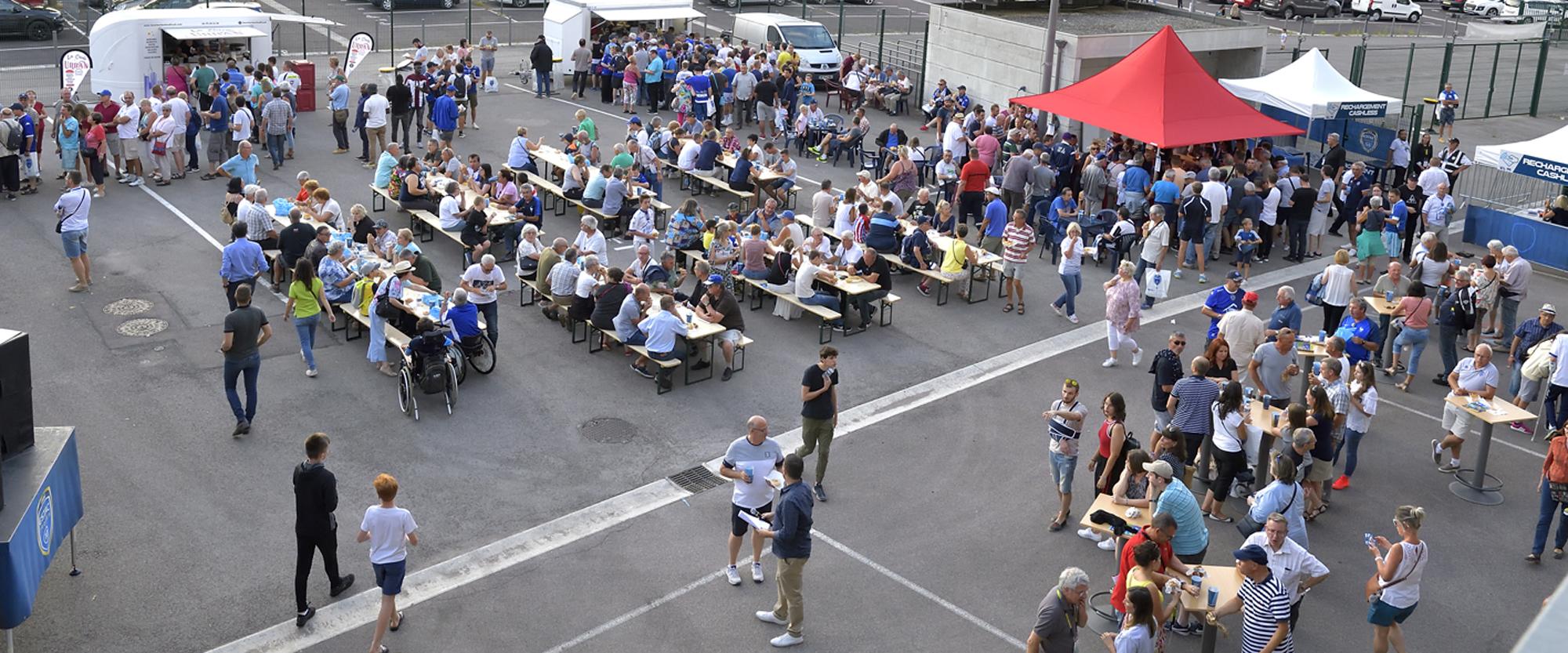 Les fans Troyens sur le parvis du stade de l'Aube pour la journée des abonnés.