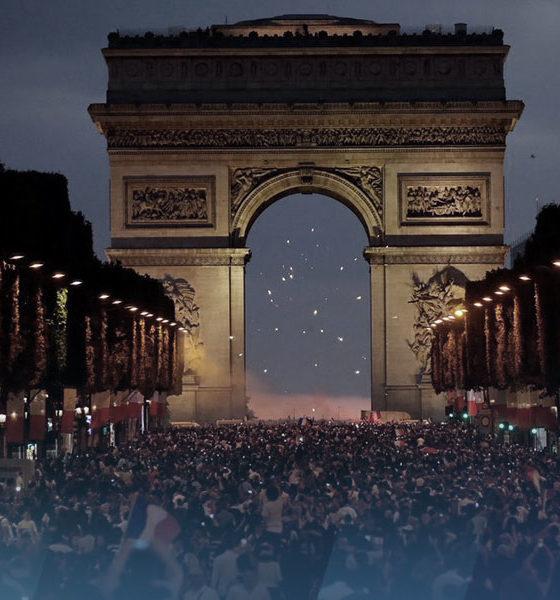 Le peuple français sur les Champs-Elysées pour fêter la victoire des bleus.