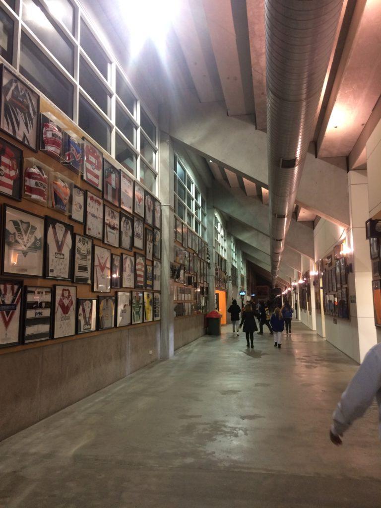 Coursives du stade, décorées de maillots collectors