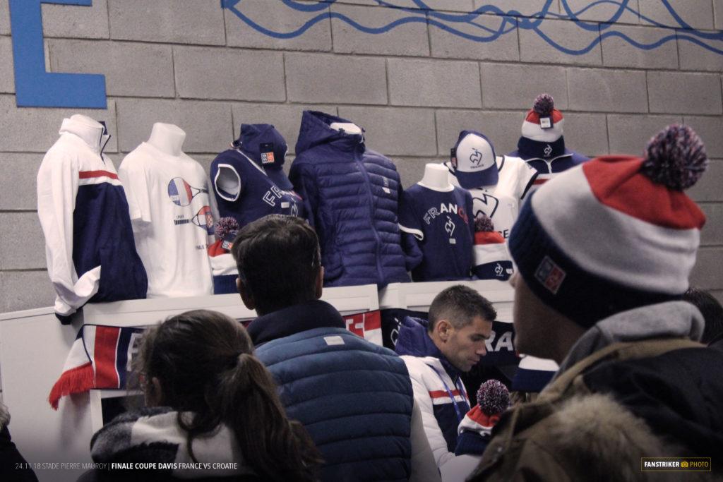Un espace boutique dans les coursives du stade Pierre Mauroy