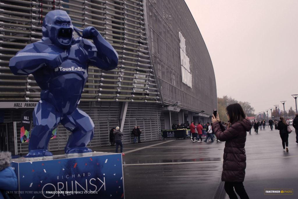 La statue réalisée par Richard Orlinski devant le stade.