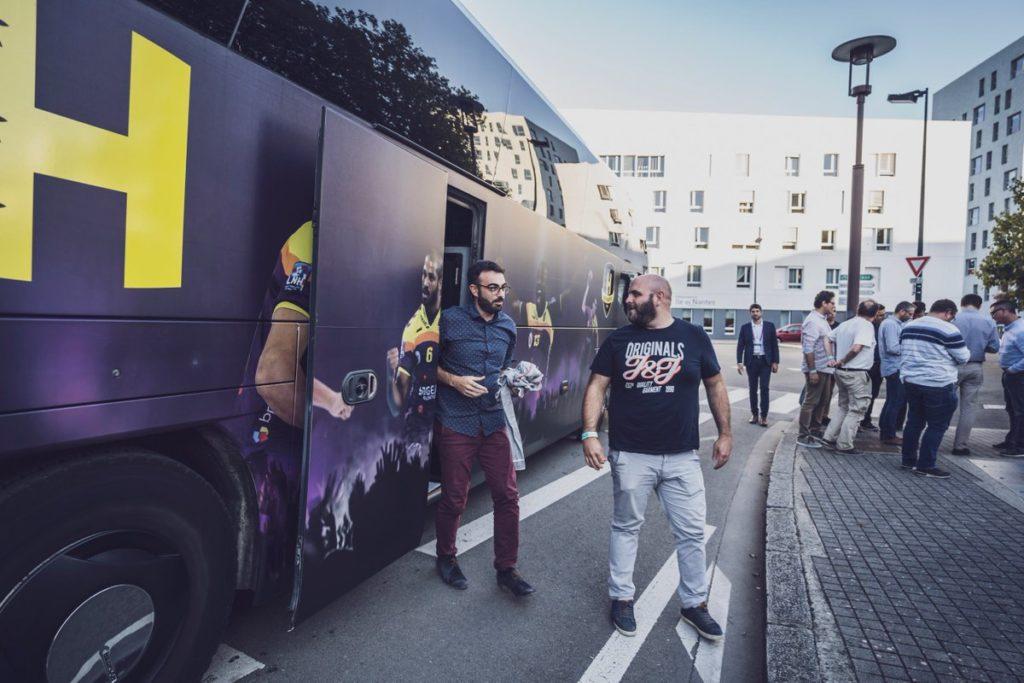 L'arrivée au stade avec le bus officiel des joueurs.