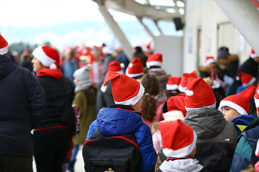 Les enfants du Mèfi Club avec les bonnets de Noël offerts par l'OGC Nice