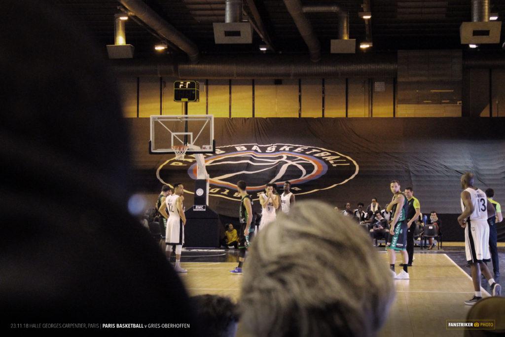 L'une des deux bâches avec le logo du Paris Basketball