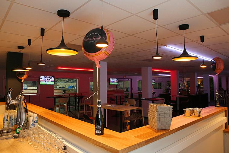 L'espace est équipé de bars, de tables et d'espaces cosy