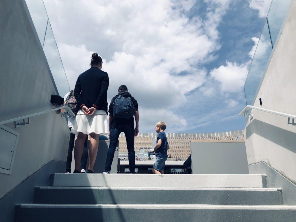 Des hôtes et hôtesses sont disponibles dans les différents espaces de Roland-Garros pour renseigner les visiteurs