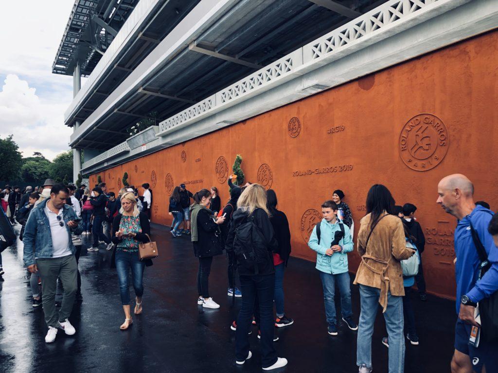 Le mur en terre battue de Roland-Garros est le passage obligatoire pour repartir avec sa photo souvenir