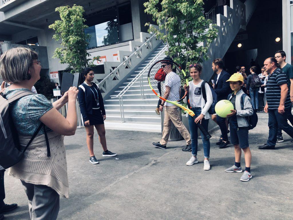 Les visiteurs peuvent prendre leur photo souvenir avec une balle et une raquette XXL