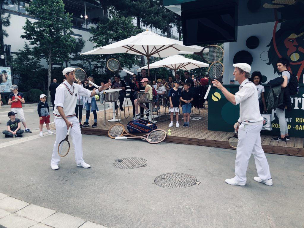 Des jongleurs et musiciens se déplacent dans l'enceinte de Roland-Garros