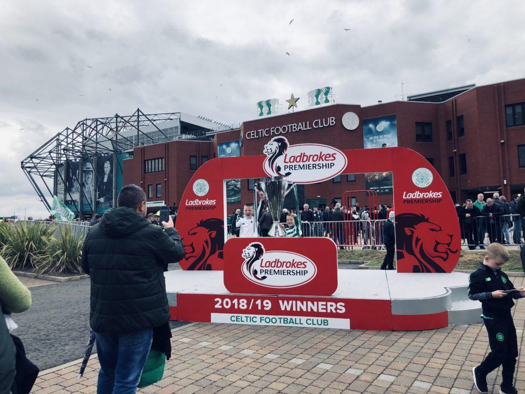 Le podium des champions devant le stade