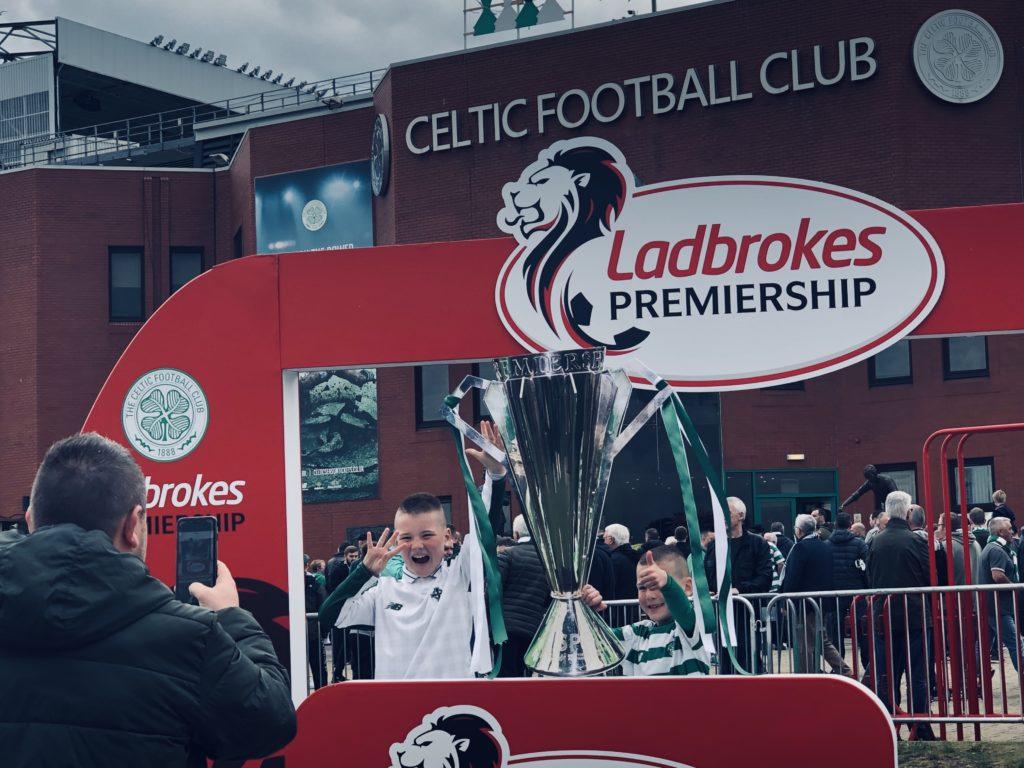 Le public pouvait se prendre en photo avec une réplique de la coupe sur le podium des champions