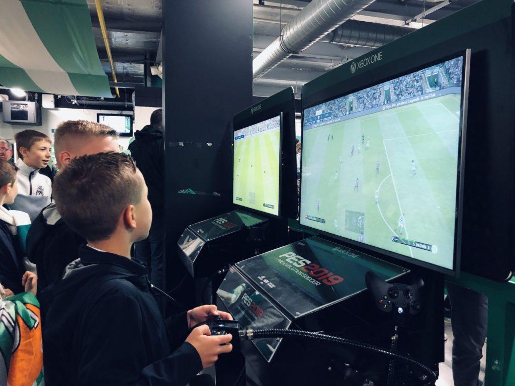 Des consoles sont à disposition dans les coursives du stade