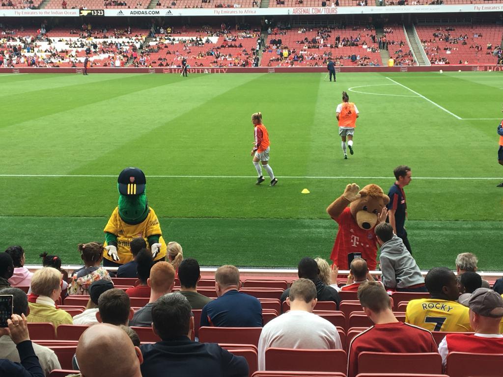 Mascottes d'Arsenal et du Bayern Munich à la mi-temps