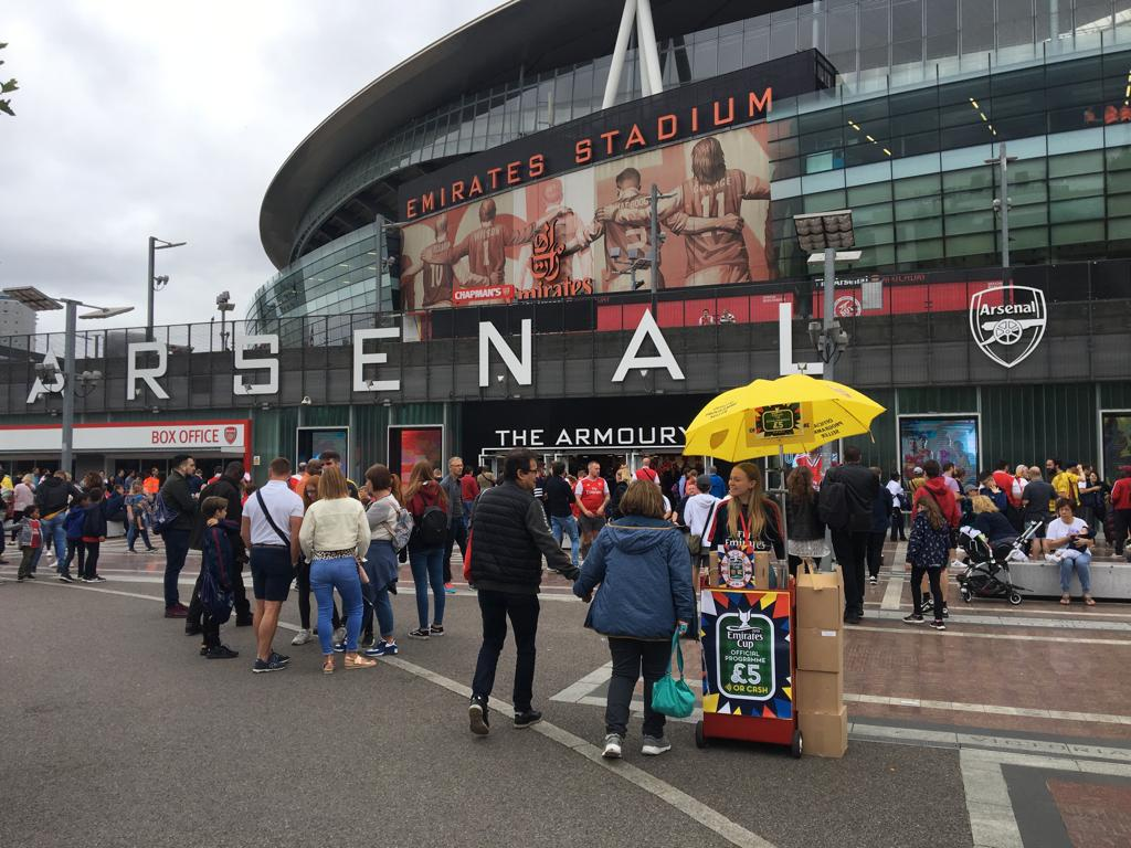 Kiosque à programmes devant l'Emirates Stadium