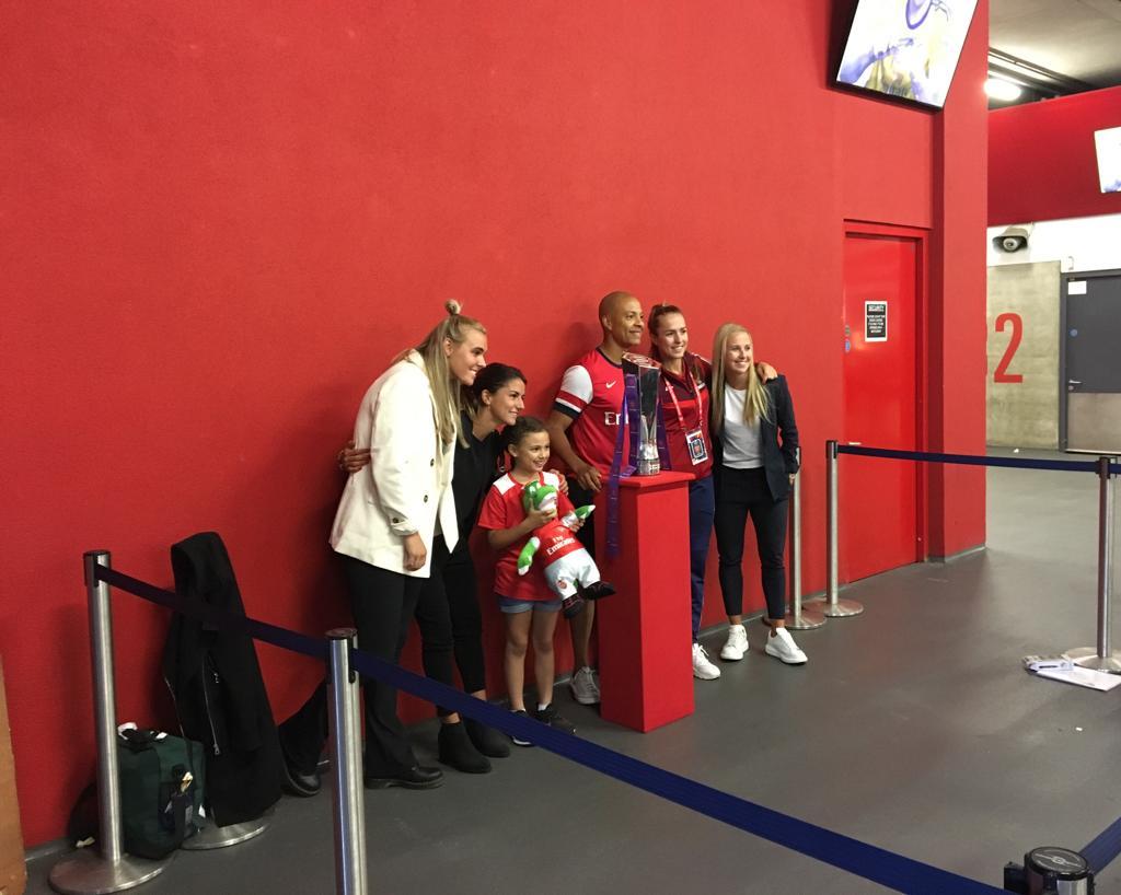 La photo souvenir avec les joueuses d'Arsenal et le trophée de la Barclays FAWSL