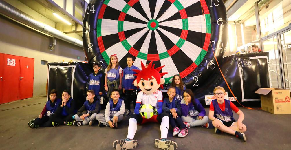 Un groupe d'enfants avec la mascotte de l'ASNL lors d'un anniversaire