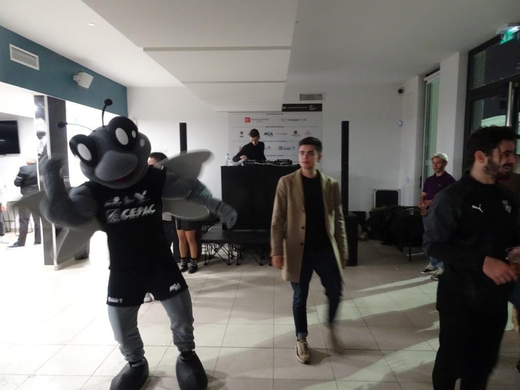 La mascotte Marius avec les étudiants