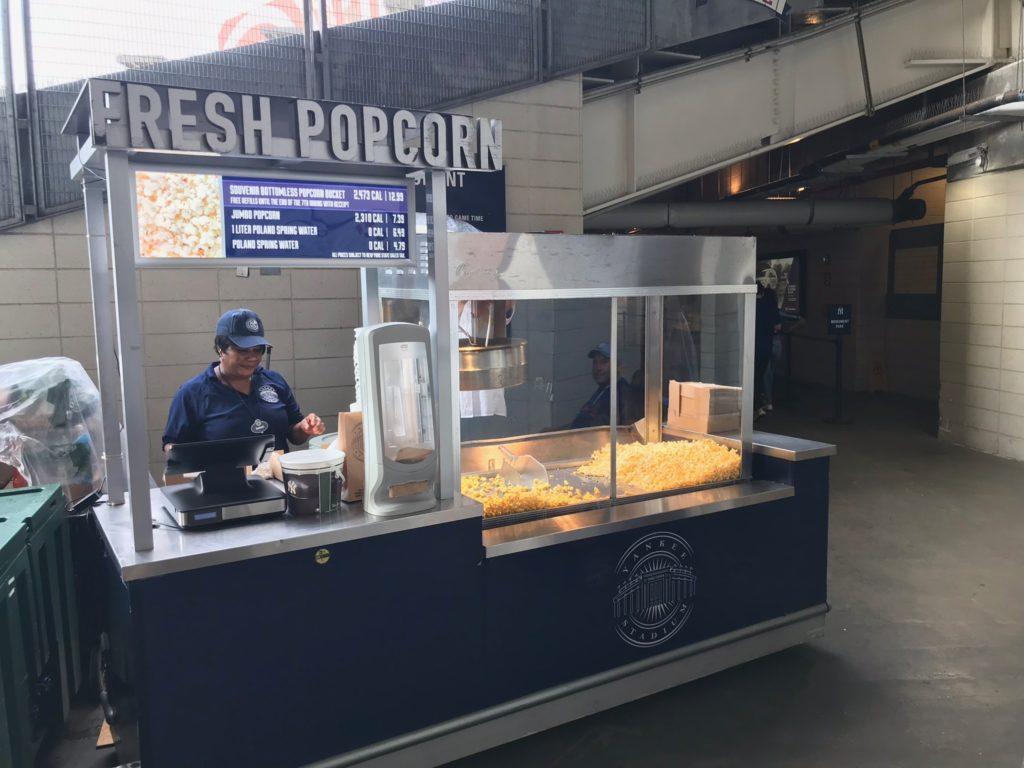 Un stand de popcorn dans le Yankee Stadium