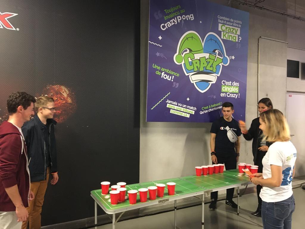 Des tables de beer pong à disposition