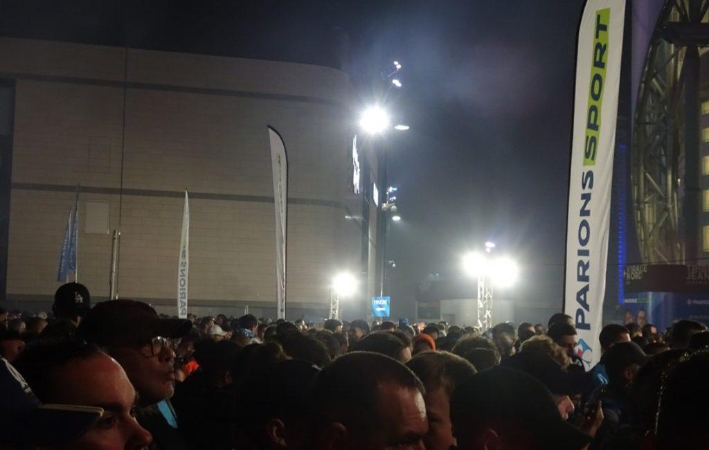 Les oriflammes FDJ ParionsSport visibles autour du stade