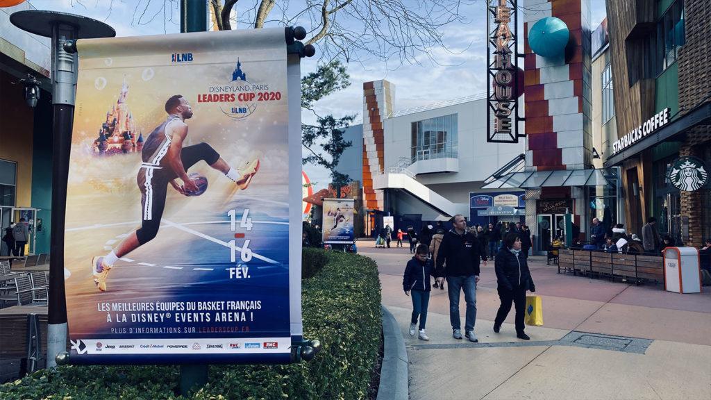 Dans le parc, des affiches assuraient la promotion de l'événement
