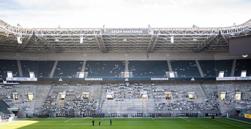 """Les photos sont disposées dans la tribune nord """"Nordkurve"""" du Borussia-Park"""