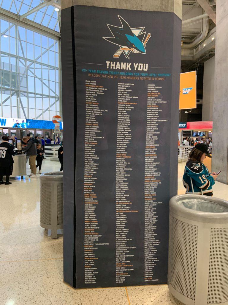 Le mur dans le SAP Center avec les noms de tous les fans abonnés depuis plus de 25 ans