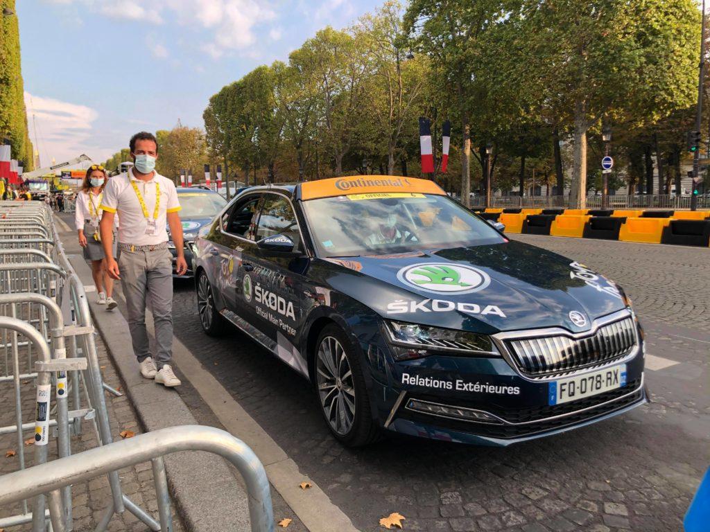 L'une des voitures de course Skoda qui transportait les spectateurs de la tribune présidentielle sur un tour de course