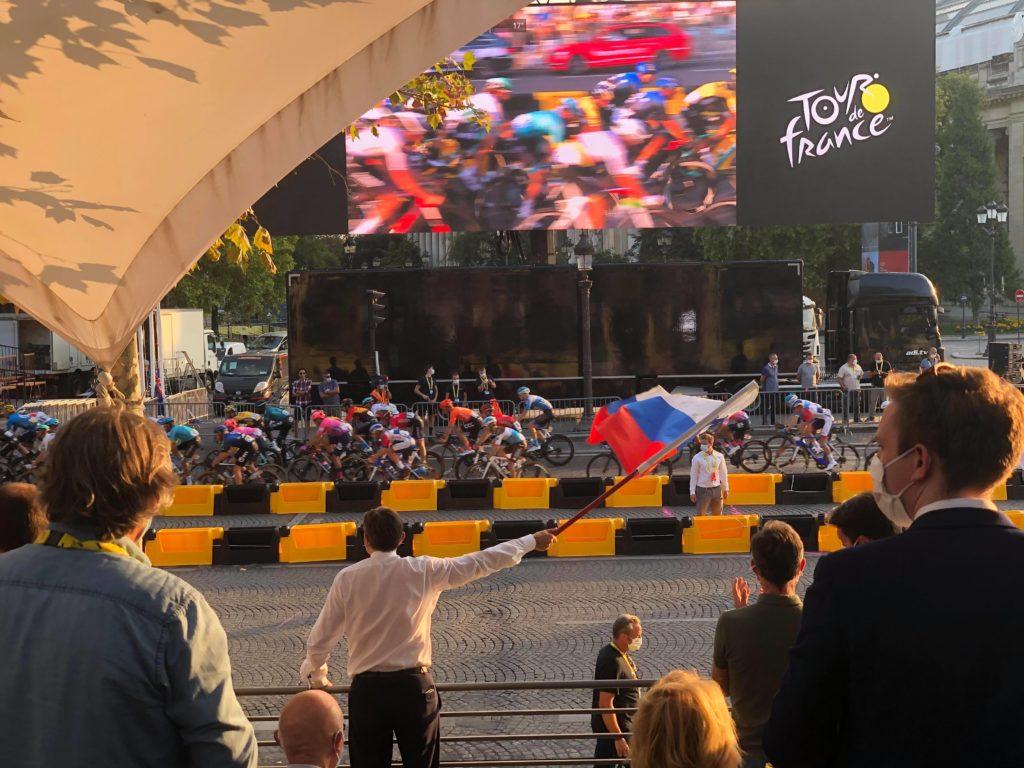 Le Président Slovène devant le passage des coureurs