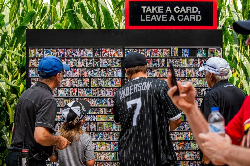 Le mur d'échanges de cartes de baseball lors du match Field of Dreams de la MLB